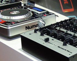 NUMARK NDX400 (CD-USB DRIVE MP3 PLAYER), NDX900 CD & USB PLAYER + MIDI CONTROLLER CON SCHEDA AUDIO INTEGRATA