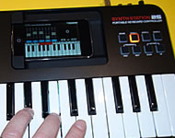 AKAI PRO SYNTHSTATION 25: TASTIERA 2 OTTAVE PER iPHONE iPOD TOUCH
