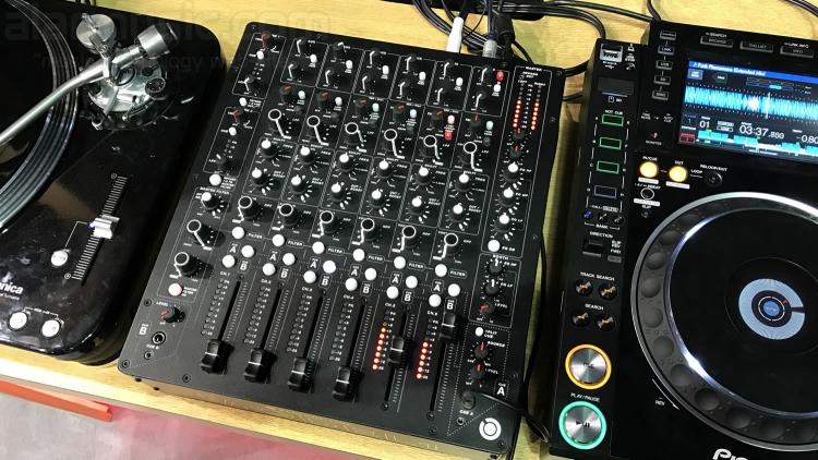 PLAYdifferently Model 1 il mixer analogico per DJ ideato da Richie Hawtin e Andy Rigby-Jones, assemblato in Inghilterra dalla Allen & Heath